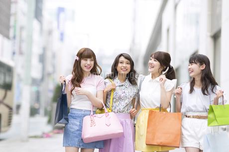 ショッピングを楽しむ女性4人の写真素材 [FYI00465778]