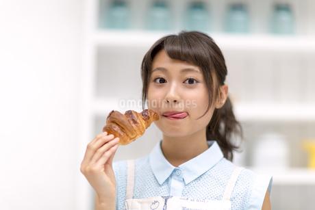 パンを食べる女性の写真素材 [FYI00465781]