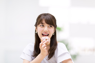 シュークリームを食べる女性の写真素材 [FYI00465793]