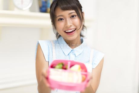 お弁当を見せる女性の素材 [FYI00465797]