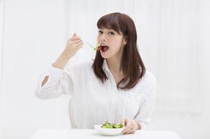 サラダを食べる女性の写真素材 [FYI00465811]