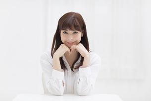 頬に両手を当てポーズをとる女性の写真素材 [FYI00465812]