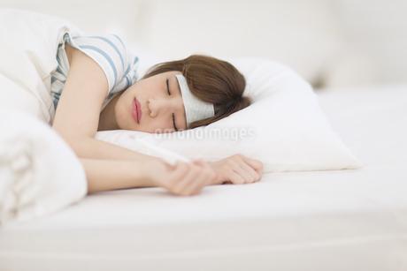 ベッドで頭痛に悩む女性の写真素材 [FYI00465832]