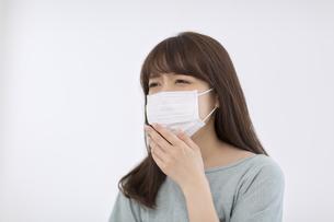 マスクをして咳き込む女性の写真素材 [FYI00465835]