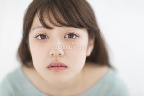 目から涙をこぼす女性の素材 [FYI00465848]