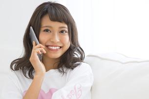 スマートフォンで通話する女性の素材 [FYI00465863]