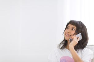 スマートフォンで通話する女性の写真素材 [FYI00465867]