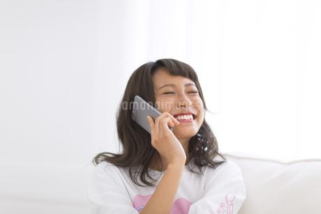 スマートフォンで通話する女性の写真素材 [FYI00465884]