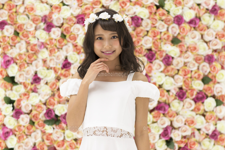 花冠をつけた女性のポートレートの写真素材 [FYI00465899]