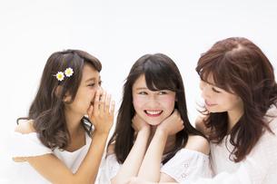 会話を楽しむ女性3人の写真素材 [FYI00465903]