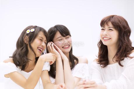 会話を楽しむ女性3人の写真素材 [FYI00465904]