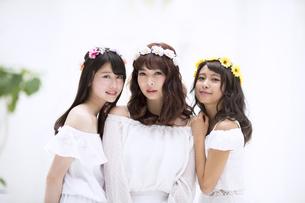 花冠をつけた3人の女性のポートレートの写真素材 [FYI00465913]