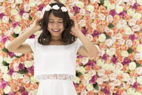 花冠をつけた女性のポートレートの写真素材 [FYI00465916]