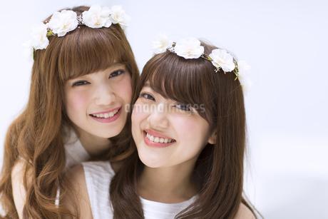 花冠をつけて笑う女性2人の写真素材 [FYI00465923]