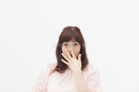 驚くポーズをとる女性の写真素材 [FYI00465924]