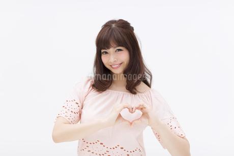 手でハートを作る女性の写真素材 [FYI00465932]
