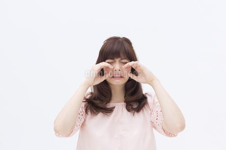 泣くポーズをとる女性の写真素材 [FYI00465945]