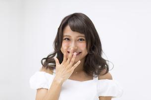 口に手を当てポーズをとる女性の素材 [FYI00465947]
