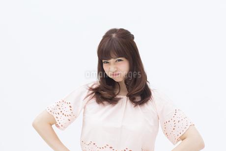 怒ったポーズをとる女性の写真素材 [FYI00465952]