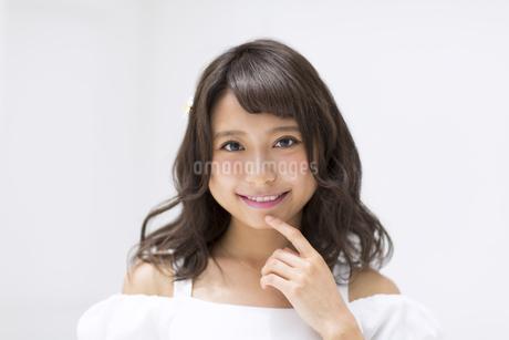 顎に指を当てポーズをとる女性の写真素材 [FYI00465957]