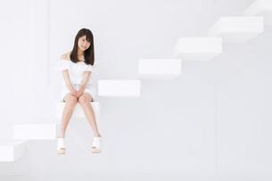 階段に座って微笑む女性の写真素材 [FYI00465964]