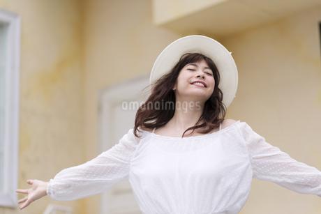 両手を広げリラックスしている女性の写真素材 [FYI00465965]