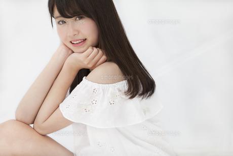 座って微笑む女性の写真素材 [FYI00465967]