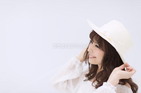 帽子を被って笑う女性の写真素材 [FYI00465971]