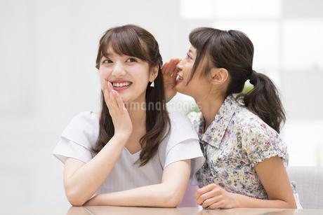 内緒話をする女性2人の写真素材 [FYI00465975]