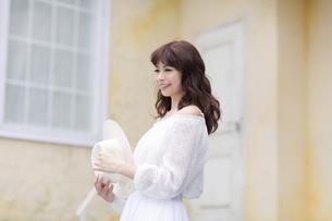 帽子を手に持ち微笑む女性の写真素材 [FYI00465978]