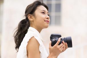 カメラで写真を撮っている女性の素材 [FYI00465984]