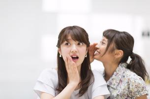 内緒話をする女性2人の写真素材 [FYI00465985]