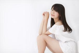 座って微笑む女性の写真素材 [FYI00465989]