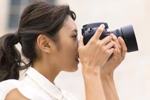 カメラで写真を撮っている女性の写真素材 [FYI00465995]