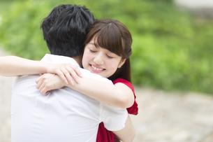 抱き合うカップルの写真素材 [FYI00466000]