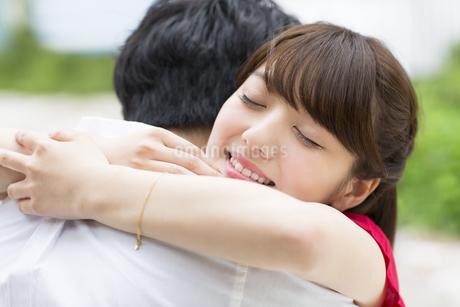 抱き合うカップルの写真素材 [FYI00466001]