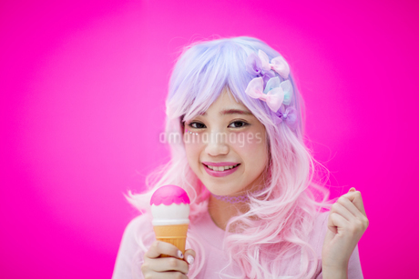 玩具のアイスクリームを持って微笑む女性の素材 [FYI00466030]