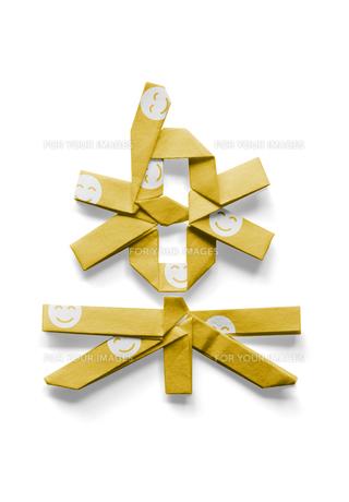 スマイルマークの模様が付いている楽の文字の折り紙の写真素材 [FYI00466174]