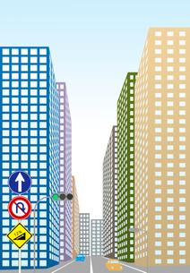 上りこう配の道路に標識があるビル街の素材 [FYI00466262]
