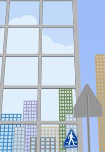 横断歩道の標識が窓ガラスに映るビル街の素材 [FYI00466267]