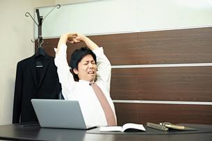 仕事に疲れたビジネスマンの写真素材 [FYI00466463]