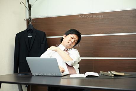 仕事に疲れたビジネスマンの写真素材 [FYI00466477]