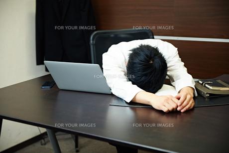 仕事に疲れたビジネスマンの写真素材 [FYI00466482]