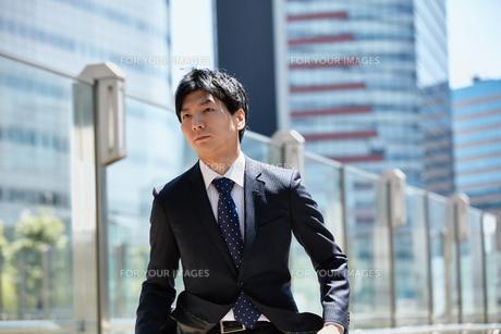 一生懸命走るビジネスマンの写真素材 [FYI00466572]