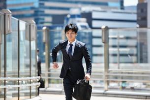 一生懸命走るビジネスマンの写真素材 [FYI00466573]