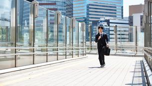 一生懸命走るビジネスマンの写真素材 [FYI00466581]