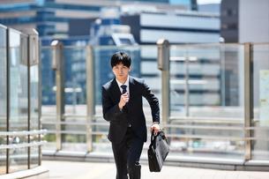 一生懸命走るビジネスマンの写真素材 [FYI00466589]