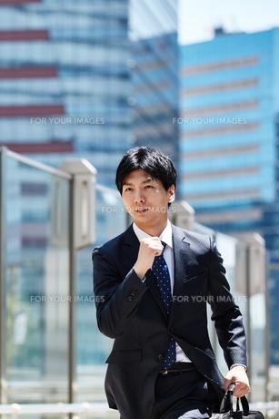 一生懸命走るビジネスマンの写真素材 [FYI00466591]