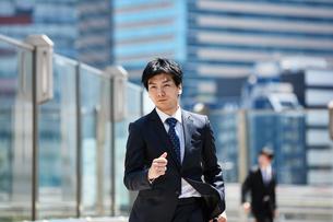 一生懸命走るビジネスマンの写真素材 [FYI00466594]
