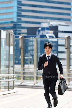 一生懸命走るビジネスマンの写真素材 [FYI00466597]